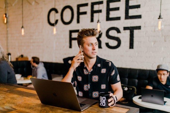 フリーランスの効果的な営業方法は「他者と違う方法」。私はオンライン受注の依頼者に直接会いに行った。